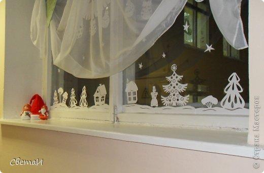 Вот так украшены окна в холле нашего детского сада к Новому году. Идею я нашла на просторах Интернета. фото 1