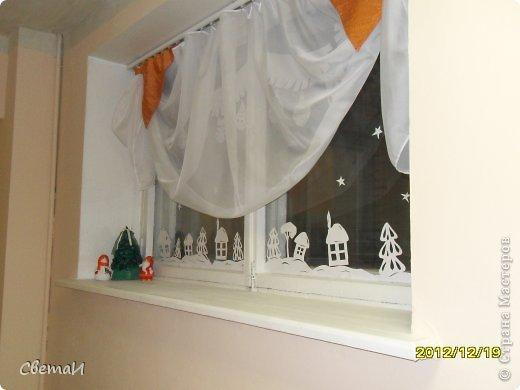Вот так украшены окна в холле нашего детского сада к Новому году. Идею я нашла на просторах Интернета. фото 4