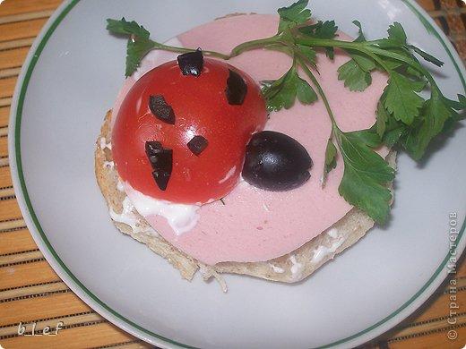 """Наткнулась на старые фотки, и вспомнила, что мы делали такие вот салаты. Идеи вот с этого форума http://forum.say7.info/ Этот салат называется """"Сказочная Снегурочка"""" Слои такие: сельдь, картофель, маринованный лук, яйца, сыр, смазанные майонезом. Относительно голубых яиц - красятся соком красно кочанной капусты. У меня нет блендера, поэтому капусту я прокрутила через мясорубку. Почти сразу она посинела. То есть натурально. Приобрела цвет чернил. Затем я отжала непосредственно сок (через бинт), и в эту жидкость положила натертые на крупной терке яйца. И лежали они у меня там, пока я делала остальные слои. Капуста имеет свой, специфический, хоть и слабый запах. Что-бы от него избавиться я яйца промыла в дуршлаге под струей воды. Достаточно трудно оказалось сделать Снегурке лицо. Микроскопические веточки розмарина никак не хотели ложиться на место (это брови и нос), да и рисуя рот я изрядно помучилась. Коса - сыр Пряди копченый. Еще следует сказать, что голубой цвет в салате достаточно непривычен. Для меня, по-крайней мере. Испытывала некий внутренний дискомфорт - как ЭТО есть. :)))) Но гостям понравилось :)  фото 5"""