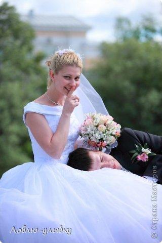 Вот некоторые эпизоды со  свадеб, проведенных нашим агентствои и запечатил всё прекрасный фотограф из Твери Андрей Васильев. Я просто сделала подписи к фотографиям. Все свадьбы состоялись без ущерба здоровью, ))))весело, романтично.....О чем я очень рада!  - У меня недавно был случай. Невесту со свадьбы отвезли прямо в роддом. - Это ерунда. Вот у нас был случай - жениха со свадьбы отвезли прямо на другую свадьбу! Поэтому своего я держу крепко! фото 12