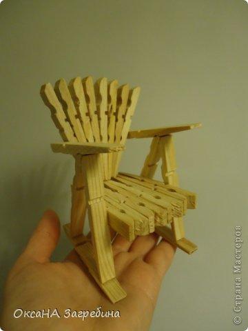 Увидела в одной из соц. сетей вот такой стульчик с МК. А у меня по столу как раз прищепки валялись. Вот я их и собрала в такой вот стульчик. )) Может, еще буду доводить до ума, но вот не удержалась показать свой результат, опыт мебельщика. ))