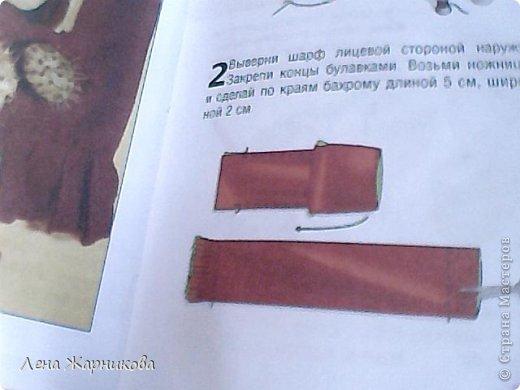 бордо и зелёный нам панадобится: 2 полосы из флиса контрастных цветов бордовый и зелёный размером 23 на 130 см,толстые нитки в цвет ткани, декоративные пуговицы или бусины , булавки,игла. 1 Сложи две полосы ткани лицевой стороной внутрь. Сколи булавками по длинной стороне . Сшей их по длинной стороне так чтобы шов находился на расстоянии 1 см . Слева и справа оставь по 7 см фото 2