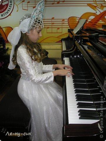 Обновили наш новогодний костюм на концерте в музыкальной школе.  фото 1