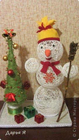 В школе у сына намечается конкурс новогодних поделок, и от учительницы (https://stranamasterov.ru/node/482636) поступил конкретный заказ - снеговик из ниток. Вот что получилось фото 1