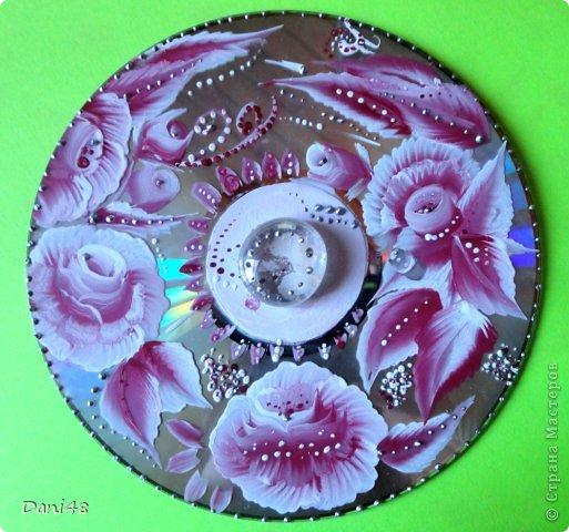 Продолжаю осваивать роспись. =) Взялась за компьютерные диски. Расписала. Украсила стеклянным камешком по центру. Кое-где использовала серебряные контуры.) Результат - на фото.  фото 1