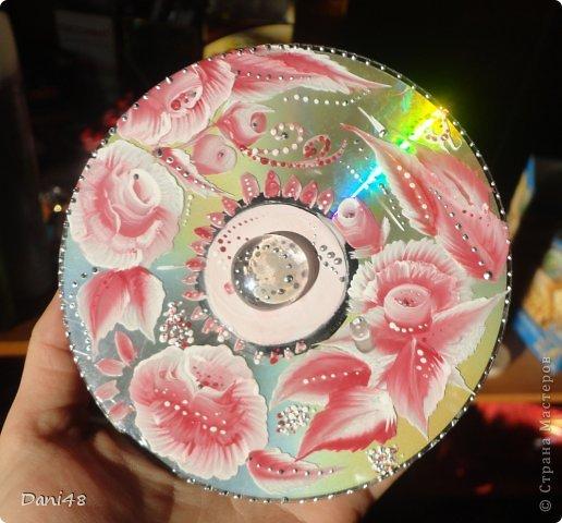 Продолжаю осваивать роспись. =) Взялась за компьютерные диски. Расписала. Украсила стеклянным камешком по центру. Кое-где использовала серебряные контуры.) Результат - на фото.  фото 2