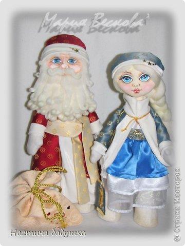 Поздравляю всех с наступающим Новым годом! Пусть следующий год принесет всем только радость и удачу. Здоровья Вам мои дорогие и творческих побед!  Не удивляйтесь, что на фото с дедулькой и Снегурочкой стоит не моя фамилия. Этих замечательных Новогодних символов сшила моя дочка.