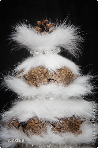 """Вот такая пушистая шишечная елочка выросла у меня в этом году. Уехала к мужу на работу. Приучила любимого к новогодним елкам - теперь должна каждый год новую делать - """"Что я, буду со старой в этом году?!"""" :))) фото 2"""