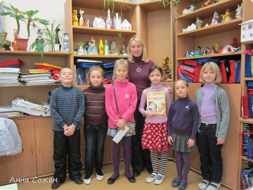 """Здравствуйте друзья! Хотела бы показать Вам несколько работ моих учеников 2-ого класса, школа №249 (г Санкт-Петербург). Вот уже год работает наша студия """"ПЛАСТИЛИНята"""". Трудимся мы не покладая рук, их терпению и усидчивости не видно конца. Именно они сподвигли меня на книгу """"Пластилиновые картинки"""",которую я написала в этом году и она уже вышла в свет. (магазины """"Буквоед"""" , в Питере -Книжная Ярмарки Дк им.Крупской)) http://www.litera.spb.ru/catalog/preschool/home-alone/plastilinovye-kartinki-ins Для меня - это первый опыт с крупным издательством. Получила массу удовольствия. Это новый виток в моём творчестве. Так как на протяжении восьми лет  я пишу сказки, стихи и рассказы под псевдонимом Анна Сожан . В этой книге я выступаю как педагог дополнительного образования Сорокина Жанна Владимировна, такой меня знают мои дети-мои верные и благодарные Пластилинята.    Ежик в лесу Морозовой Яны , 2 кл.  фото 9"""