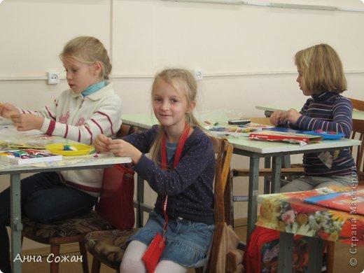 """Здравствуйте друзья! Хотела бы показать Вам несколько работ моих учеников 2-ого класса, школа №249 (г Санкт-Петербург). Вот уже год работает наша студия """"ПЛАСТИЛИНята"""". Трудимся мы не покладая рук, их терпению и усидчивости не видно конца. Именно они сподвигли меня на книгу """"Пластилиновые картинки"""",которую я написала в этом году и она уже вышла в свет. (магазины """"Буквоед"""" , в Питере -Книжная Ярмарки Дк им.Крупской)) http://www.litera.spb.ru/catalog/preschool/home-alone/plastilinovye-kartinki-ins Для меня - это первый опыт с крупным издательством. Получила массу удовольствия. Это новый виток в моём творчестве. Так как на протяжении восьми лет  я пишу сказки, стихи и рассказы под псевдонимом Анна Сожан . В этой книге я выступаю как педагог дополнительного образования Сорокина Жанна Владимировна, такой меня знают мои дети-мои верные и благодарные Пластилинята.    Ежик в лесу Морозовой Яны , 2 кл.  фото 8"""