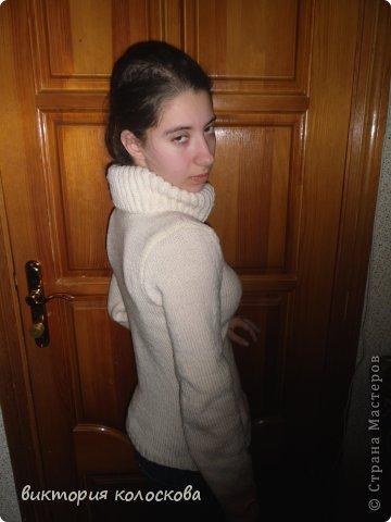 приталенный свитерок с воротником-хомутом (английской резинкой связан вкруговую) фото 2