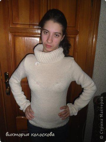 приталенный свитерок с воротником-хомутом (английской резинкой связан вкруговую) фото 1