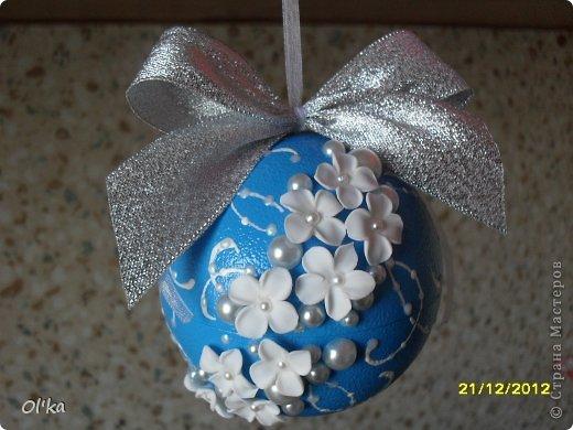 Здравствуйте!!! Скоро Новый год!!! Моя подготовка к НГ идет полным ходом. Давно хотела сделать елочные шары с цветами из пластики. А тут Олеся Ф. выставила свои чудесные шарики и я, поймав Музу, тут же кинулась к пластике. ☺ Мой первый шарик. фото 1