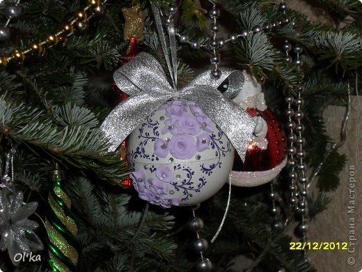 Здравствуйте!!! Скоро Новый год!!! Моя подготовка к НГ идет полным ходом. Давно хотела сделать елочные шары с цветами из пластики. А тут Олеся Ф. выставила свои чудесные шарики и я, поймав Музу, тут же кинулась к пластике. ☺ Мой первый шарик. фото 6