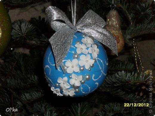 Здравствуйте!!! Скоро Новый год!!! Моя подготовка к НГ идет полным ходом. Давно хотела сделать елочные шары с цветами из пластики. А тут Олеся Ф. выставила свои чудесные шарики и я, поймав Музу, тут же кинулась к пластике. ☺ Мой первый шарик. фото 2