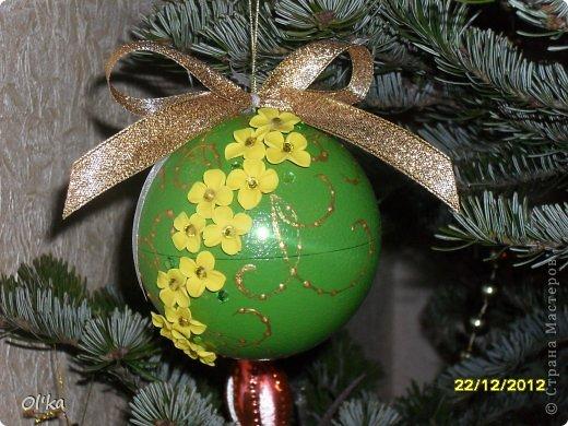 Здравствуйте!!! Скоро Новый год!!! Моя подготовка к НГ идет полным ходом. Давно хотела сделать елочные шары с цветами из пластики. А тут Олеся Ф. выставила свои чудесные шарики и я, поймав Музу, тут же кинулась к пластике. ☺ Мой первый шарик. фото 4
