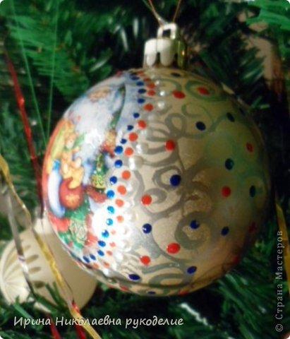 Продолжение темы «Новогодние шары», теперь шары диаметром 70 мм. Для декорирования использовались принтерные распечатки(фото). Шар покрывается автоэмалью из балончика,частично, только на то место где будет картинка, для того чтобы брызги не разлетались и не испачкали окружающие предметы помещаем шар в большой полителеновый пакет .    фото 3
