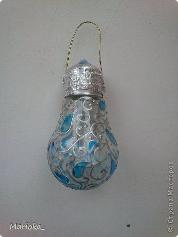 Вот такие новогодние лампочки получились для офисной новогодней елки. Идея не нова, конечно, но таких игрушек у нас еще не было. Лампочки купила специально, так как уже нет в доме ламп накаливания, а какой это благодатный материал! фото 2