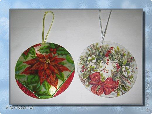 Новый год самый долгожданный праздник. Многие любят зиму из-за этого праздника. Все люди ждут новогоднего волшебства. Каждая семья украшает свое жилище цветными лентами и мишурой, зеленая пушистая елка будто призывает своим свежим ароматом к празднованию.  Вот и я решила сделать новые украшения к празднику. В шкафу уже давно пылятся ненужные СD – диски, которые никогда не будут использоваться, но все жалко их выкинуть. Я подумала, что  их можно использовать на новогодние украшения. фото 14