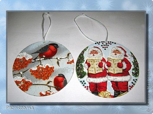 Новый год самый долгожданный праздник. Многие любят зиму из-за этого праздника. Все люди ждут новогоднего волшебства. Каждая семья украшает свое жилище цветными лентами и мишурой, зеленая пушистая елка будто призывает своим свежим ароматом к празднованию.  Вот и я решила сделать новые украшения к празднику. В шкафу уже давно пылятся ненужные СD – диски, которые никогда не будут использоваться, но все жалко их выкинуть. Я подумала, что  их можно использовать на новогодние украшения. фото 15