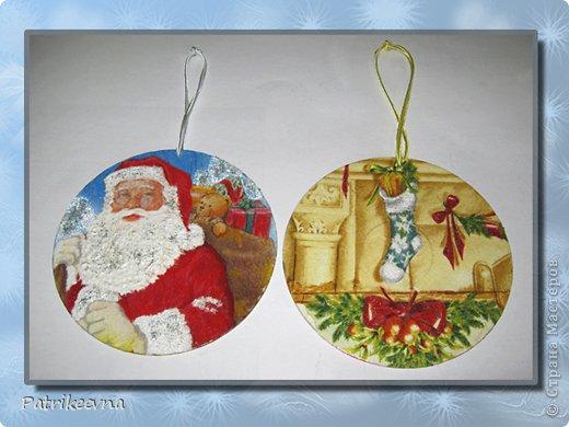 Новый год самый долгожданный праздник. Многие любят зиму из-за этого праздника. Все люди ждут новогоднего волшебства. Каждая семья украшает свое жилище цветными лентами и мишурой, зеленая пушистая елка будто призывает своим свежим ароматом к празднованию.  Вот и я решила сделать новые украшения к празднику. В шкафу уже давно пылятся ненужные СD – диски, которые никогда не будут использоваться, но все жалко их выкинуть. Я подумала, что  их можно использовать на новогодние украшения. фото 16