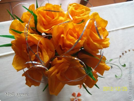 Подарок на Рождество.Букет из конфет.Очень люблю розы и с замираем сердца смотрю работы сделанные из цветом.Очень мечтала научиться.Это первый мой букет....выставленный для вас.В Италии принято дарить сладкое на Рождество....и я рискнула....Всем понравилось...Судить вам. фото 2