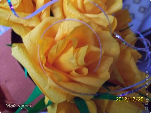 Подарок на Рождество.Букет из конфет.Очень люблю розы и с замираем сердца смотрю работы сделанные из цветом.Очень мечтала научиться.Это первый мой букет....выставленный для вас.В Италии принято дарить сладкое на Рождество....и я рискнула....Всем понравилось...Судить вам. фото 3