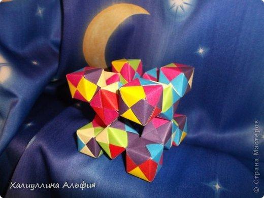 Вот такие кубики я научилась собирать из модулей Сонобе. Вот ссылка на МК подобных кубиков, которые я уже публиковала в своем блоге https://stranamasterov.ru/node/410148 А вот прямая ссылка на сайт Мир Оригами, где есть подробный видеоурок по сборке подобных моделей http://planetaorigami.ru/2011/12/podvizhnye-kubiki-iz-modulej-sonobe-2-modeli/ фото 1
