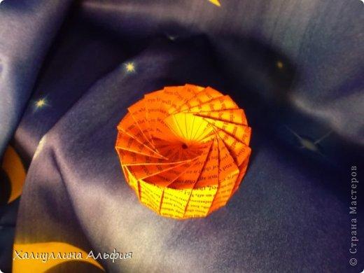 В своем блоге я уже освещала несколько работ этого гениального, на мой взгляд, мастера бумагопластики и оригами. Вот непосредственная ссылка на первоисточник, и паттерн, по которому вы сможете с легкостью сложить данную коробочку http://www.flickr.com/photos/oschene/3163787186/ Ее можно использовать как бонбоньерку и как самостоятельное бумажное изделие. фото 2