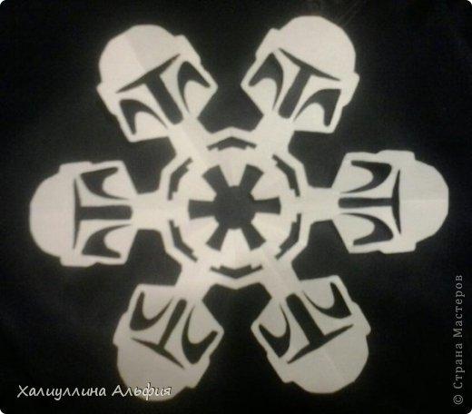 """Нашла на просторах интернета схемки к этим снежинкам. Их автор - Энтони Херрера, графический дизайнер.  http://www.anthonyherreradesigns.com/index.php?option=com_content&view=article&id=60:star-wars-snowflakes-2012&catid=34:anthonydesign-blog - вот ссылка на первоисточник. Там же можно скачать все схемы  Они мне показались очень необычными и забавными. Решила попробовать. Вырезать их было довольно сложно, что доставило удовольствие. На первом фотоснимке, например, мастер Йода, всем знакомый зеленый сенсей, так мило меняющий слова местами (из фильма """"Звездные войны"""") фото 3"""