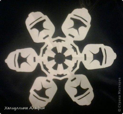"""Нашла на просторах интернета схемки к этим снежинкам. Их автор - Энтони Херрера, графический дизайнер.  http://www.anthonyherreradesigns.com/index.php?option=com_content&view=article&id=60:star-wars-snowflakes-2012&catid=34:anthonydesign-blog - вот ссылка на первоисточник. Там же можно скачать все схемы  Они мне показались очень необычными и забавными. Решила попробовать. Вырезать их было довольно сложно, что доставило удовольствие. На первом фотоснимке, например, мастер Йода, всем знакомый зеленый сенсей, так мило меняющий слова местами (из фильма """"Звездные войны"""") фото 4"""