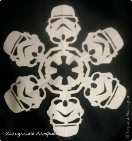 """Нашла на просторах интернета схемки к этим снежинкам. Их автор - Энтони Херрера, графический дизайнер.  http://www.anthonyherreradesigns.com/index.php?option=com_content&view=article&id=60:star-wars-snowflakes-2012&catid=34:anthonydesign-blog - вот ссылка на первоисточник. Там же можно скачать все схемы  Они мне показались очень необычными и забавными. Решила попробовать. Вырезать их было довольно сложно, что доставило удовольствие. На первом фотоснимке, например, мастер Йода, всем знакомый зеленый сенсей, так мило меняющий слова местами (из фильма """"Звездные войны"""") фото 7"""
