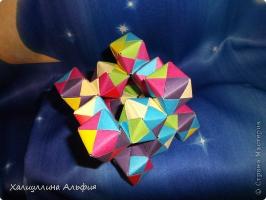 Вот такие кубики я научилась собирать из модулей Сонобе. Вот ссылка на МК подобных кубиков, которые я уже публиковала в своем блоге https://stranamasterov.ru/node/410148 А вот прямая ссылка на сайт Мир Оригами, где есть подробный видеоурок по сборке подобных моделей http://planetaorigami.ru/2011/12/podvizhnye-kubiki-iz-modulej-sonobe-2-modeli/ фото 2