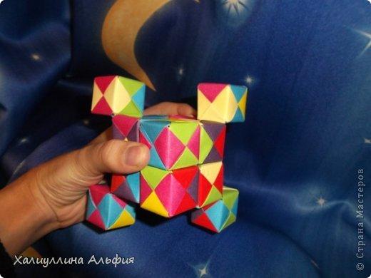 Вот такие кубики я научилась собирать из модулей Сонобе. Вот ссылка на МК подобных кубиков, которые я уже публиковала в своем блоге https://stranamasterov.ru/node/410148 А вот прямая ссылка на сайт Мир Оригами, где есть подробный видеоурок по сборке подобных моделей http://planetaorigami.ru/2011/12/podvizhnye-kubiki-iz-modulej-sonobe-2-modeli/ фото 3