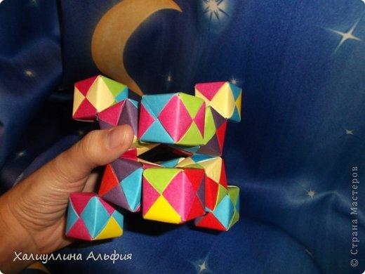 Вот такие кубики я научилась собирать из модулей Сонобе. Вот ссылка на МК подобных кубиков, которые я уже публиковала в своем блоге https://stranamasterov.ru/node/410148 А вот прямая ссылка на сайт Мир Оригами, где есть подробный видеоурок по сборке подобных моделей http://planetaorigami.ru/2011/12/podvizhnye-kubiki-iz-modulej-sonobe-2-modeli/ фото 4