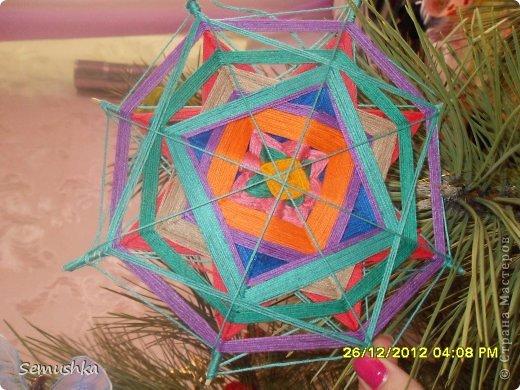Такую мандалу делала конечно не к Новому году а просто пробовала технику плетения........И уже было хотела выбрасить так как незнала куда ее применить и тутт..... фото 2