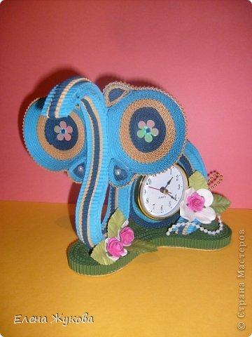 Первоначально сделала эти часы без цветочков. Походила вокруг них- не нравятся, чего-то не хватает. Насыпала монеток- не то...и тут на глаза попалась банка со цветами. Приложила, понравилось. Так и оформила.  фото 1