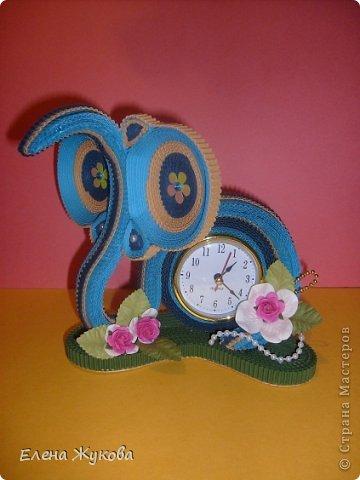 Первоначально сделала эти часы без цветочков. Походила вокруг них- не нравятся, чего-то не хватает. Насыпала монеток- не то...и тут на глаза попалась банка со цветами. Приложила, понравилось. Так и оформила.  фото 2