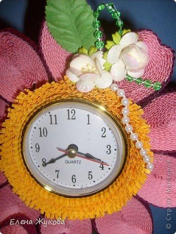 Первоначально сделала эти часы без цветочков. Походила вокруг них- не нравятся, чего-то не хватает. Насыпала монеток- не то...и тут на глаза попалась банка со цветами. Приложила, понравилось. Так и оформила.  фото 5