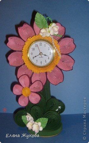 Первоначально сделала эти часы без цветочков. Походила вокруг них- не нравятся, чего-то не хватает. Насыпала монеток- не то...и тут на глаза попалась банка со цветами. Приложила, понравилось. Так и оформила.  фото 3