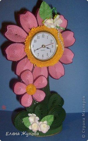 Первоначально сделала эти часы без цветочков. Походила вокруг них- не нравятся, чего-то не хватает. Насыпала монеток- не то...и тут на глаза попалась банка со цветами. Приложила, понравилось. Так и оформила.  фото 4