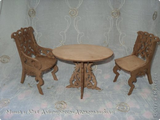 Миша продолжает делать мебель для кукол. К креслу-качалке (см. предыдущие записи) присоединились кресло обычное, стул и стол. фото 1