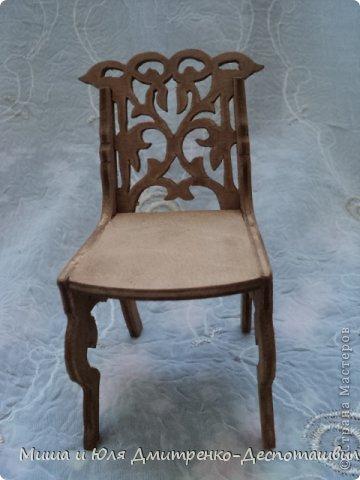 Миша продолжает делать мебель для кукол. К креслу-качалке (см. предыдущие записи) присоединились кресло обычное, стул и стол. фото 4