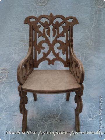 Миша продолжает делать мебель для кукол. К креслу-качалке (см. предыдущие записи) присоединились кресло обычное, стул и стол. фото 2