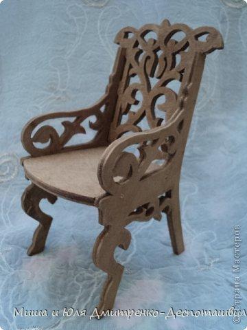 Миша продолжает делать мебель для кукол. К креслу-качалке (см. предыдущие записи) присоединились кресло обычное, стул и стол. фото 3