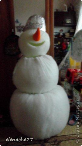 Решила я своих деток порадовать новым героем на утреннике,вот и решила сделать ростовой костюм снеговика, сначала думала что будет очень сложно, но как говорится глаза боятся а руки делают.В итоге вот такой снеговик у меня получился. Здесь он уже готовится к выходу на утреннике. Может кому нибудь понадобится ,буду рада помочь. фото 8
