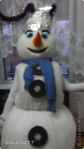 Решила я своих деток порадовать новым героем на утреннике,вот и решила сделать ростовой костюм снеговика, сначала думала что будет очень сложно, но как говорится глаза боятся а руки делают.В итоге вот такой снеговик у меня получился. Здесь он уже готовится к выходу на утреннике. Может кому нибудь понадобится,буду рада помочь. фото 3