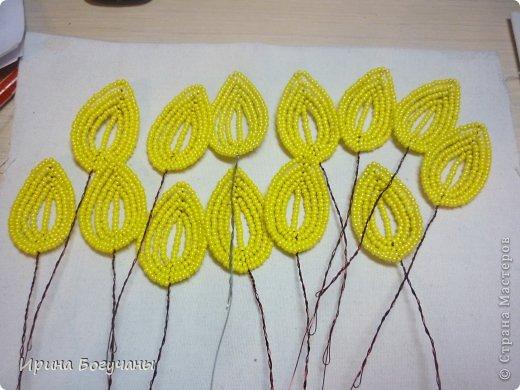 Одна женщина заказала мне сделать подсолнухи., да еще на полянке! Делала всякое- и цветы и деревья, но подсолнухи- впервые. И впервые решила весь этот процесс запечатлеть. Времени ушло много, высота изделия-33см. Что получилось-видите сами! фото 5