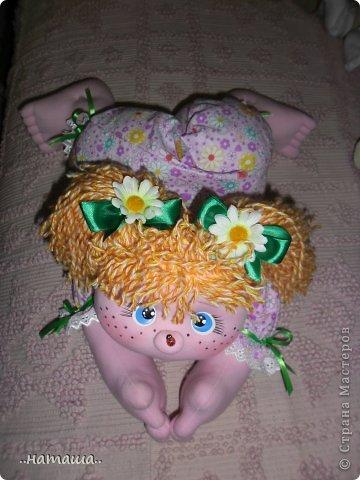 Добрый день или вечер!!! Нашла в интернете вот такую забавную куколку.Шьётся легко и быстро. Мне очень понравилась, может и вам пригодится. У меня получилась ростом см50.http://rucodelie.0bb.ru/viewtopic.php?id=264 фото 7