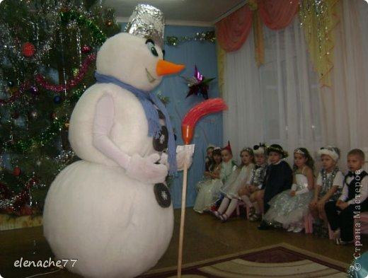 Решила я своих деток порадовать новым героем на утреннике,вот и решила сделать ростовой костюм снеговика, сначала думала что будет очень сложно, но как говорится глаза боятся а руки делают.В итоге вот такой снеговик у меня получился. Здесь он уже готовится к выходу на утреннике. Может кому нибудь понадобится,буду рада помочь. фото 2